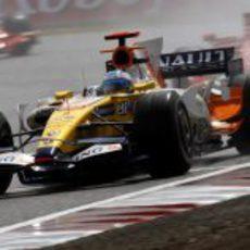 Alonso delante de los dos Ferrari
