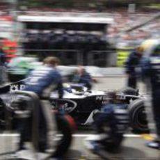 Rosberg cambia los neumáticos