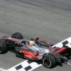 Hamilton pasa por meta