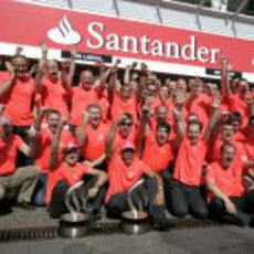 El equipo McLaren celebra los dos premios