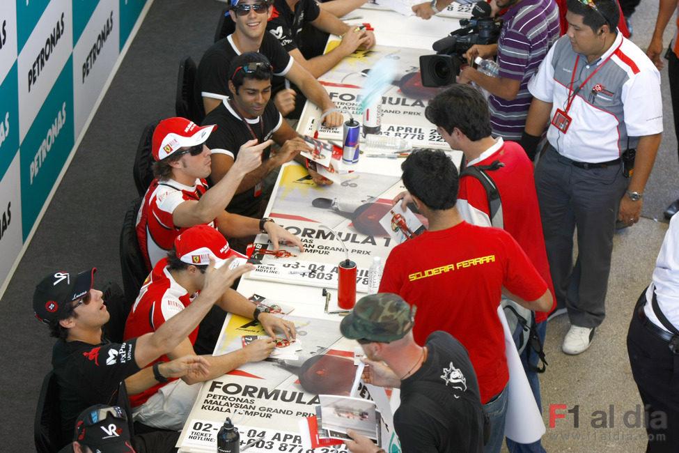 Alonso y Di Grassi tiran fotos a los fans
