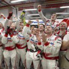 Los mecánicos de Toyota celebran el 1-2 en parrilla