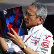 Tsutomu Tomita lee una revista