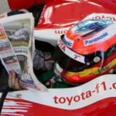 Timo Glock lee la prensa