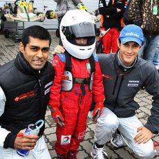 Chandhok y Senna posan con un joven aficionado