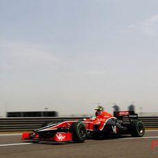 Lucas di Grassi por detrás de los Lotus