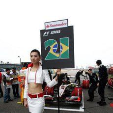 La chica del cartel de Bruno Senna en Shanghai