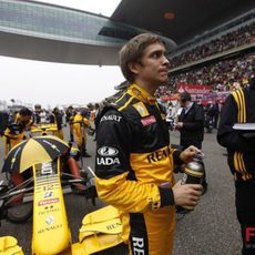 Petrov en la parrilla del GP de China 2010