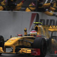 Petrov celebra sus primeros puntos en la F1