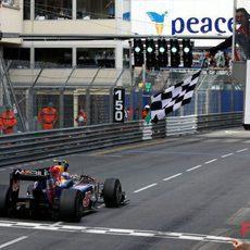 Webber cruza la linea de meta
