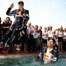 Vettel se lanza a la piscina