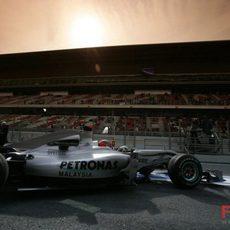 Schumacher sale a pista ante la atenta mirada de miles de fans