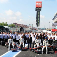 Foto de familia del equipo Hispania Racing