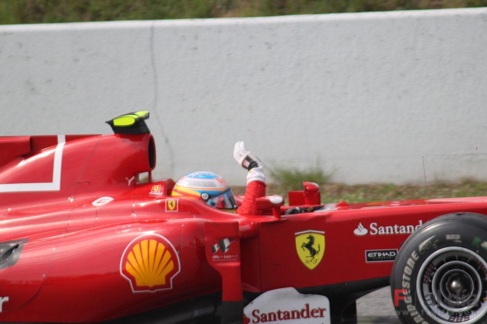 Alonso saluda a la afición