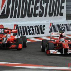 Alonso adelanta a Timo Glock