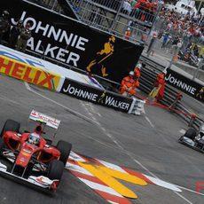 El Ferrari número 8 se aleja de Schumacher