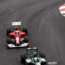 Alonso busca el hueco para pasar a Kovalainen