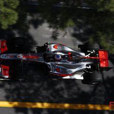 Jenson rompió motor en la primera vuelta