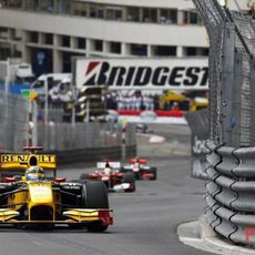 Robert Kubica rueda delante de Massa y Hamilton