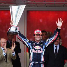 Mark levanta su trofeo de ganador