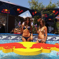 En bikini en la piscina de Red Bull