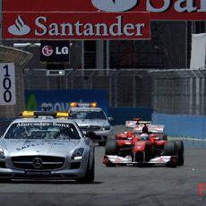 Los dos Ferrari entre el coche de seguridad y el coche médico