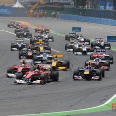 Los dos Ferrari adelantan a Webber en la salida