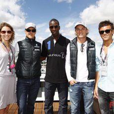 Varios famosos con los pilotos de Mercedes