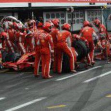 Los dos Ferrari hacen su parada