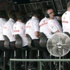 En el muro de McLaren pasan calor