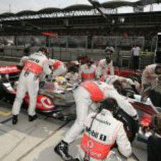 Hamilton cambia de neumáticos