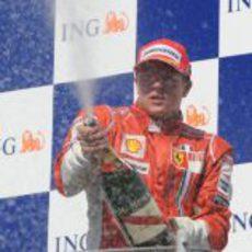Raikkonen celebra su tercer puesto en Hungría 2008