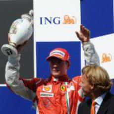 Raikkonen con el trofeo por su podio
