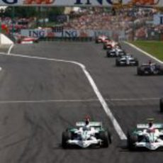 Button intenta adelantar a Barrichello