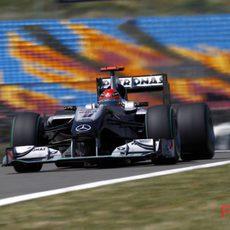 Schumacher con las vacías gradas a su espalda