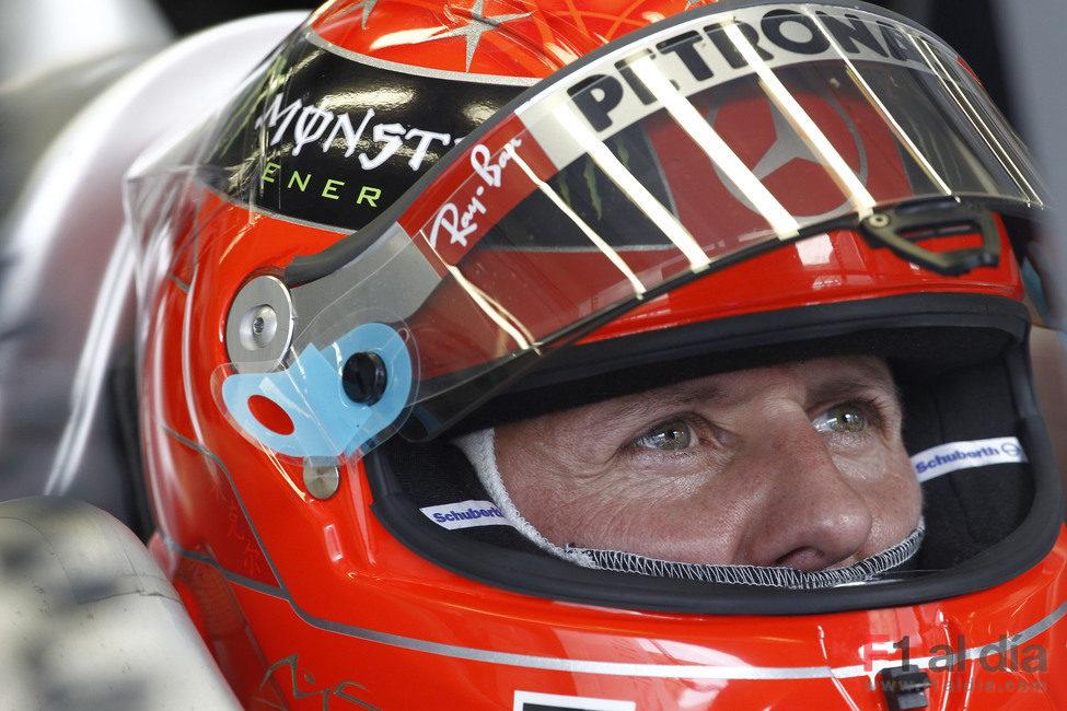 Schumacher se concentra antes de salir a pista