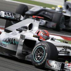 Schumacher rueda delante de Rosberg