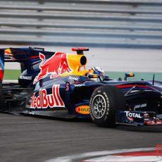 Vettel con su rueda reventada