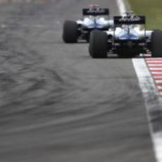 Hülkenberg rueda tras Barrichello en carrera