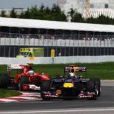 Alonso persigue de cerca a Vettel