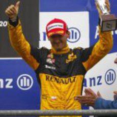 Kubica con el trofeo