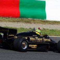 Senna saluda al público