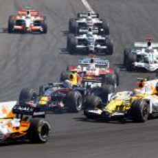 Webber y Piquet en la primera curva