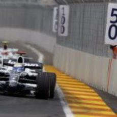Rosberg afronta una curva
