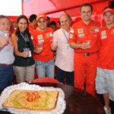 Una tarta por el Gran Premio número 100 de Massa