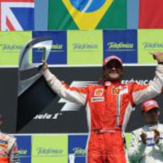 Massa con el trofeo de vencedor