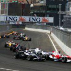 Trulli por delante de varios pilotos