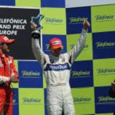 Kubica enseña su trofeo