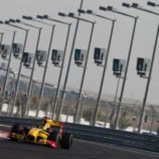 Robert Kubica toma una curva en el Yas Marina.