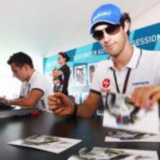 Senna atiende a los aficionados